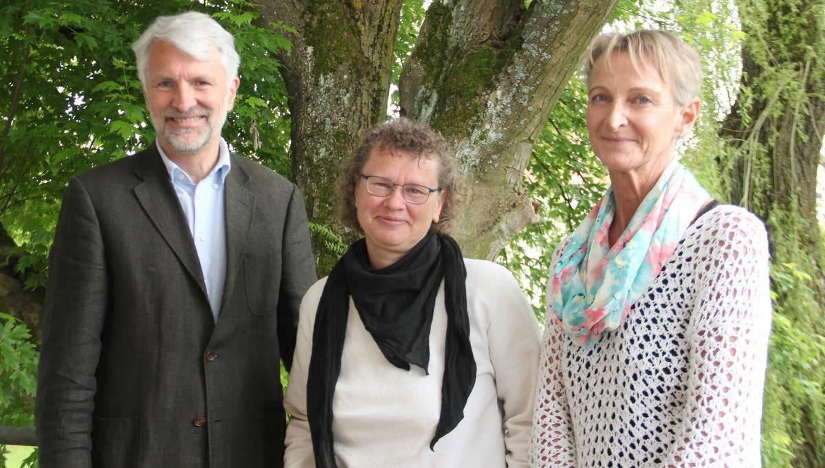Pfarrer Wolfgang Raiser und Brücken-Schwester Vera Kleefeldt (Mitte) freuen sich, in Carén Althoff eine Verstärkung gefunden zu haben. Foto: Kuhlmann