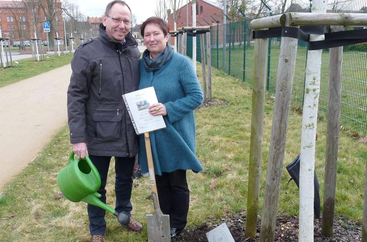 Stellvertretend für die Gemeinde sind Manfred und Marion Hohenhorst nach Wittenberg gefahren, um den Baum zu pflanzen
